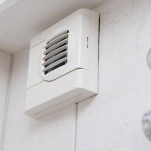 Waarom is goed ventileren in de badkamer belangrijk?